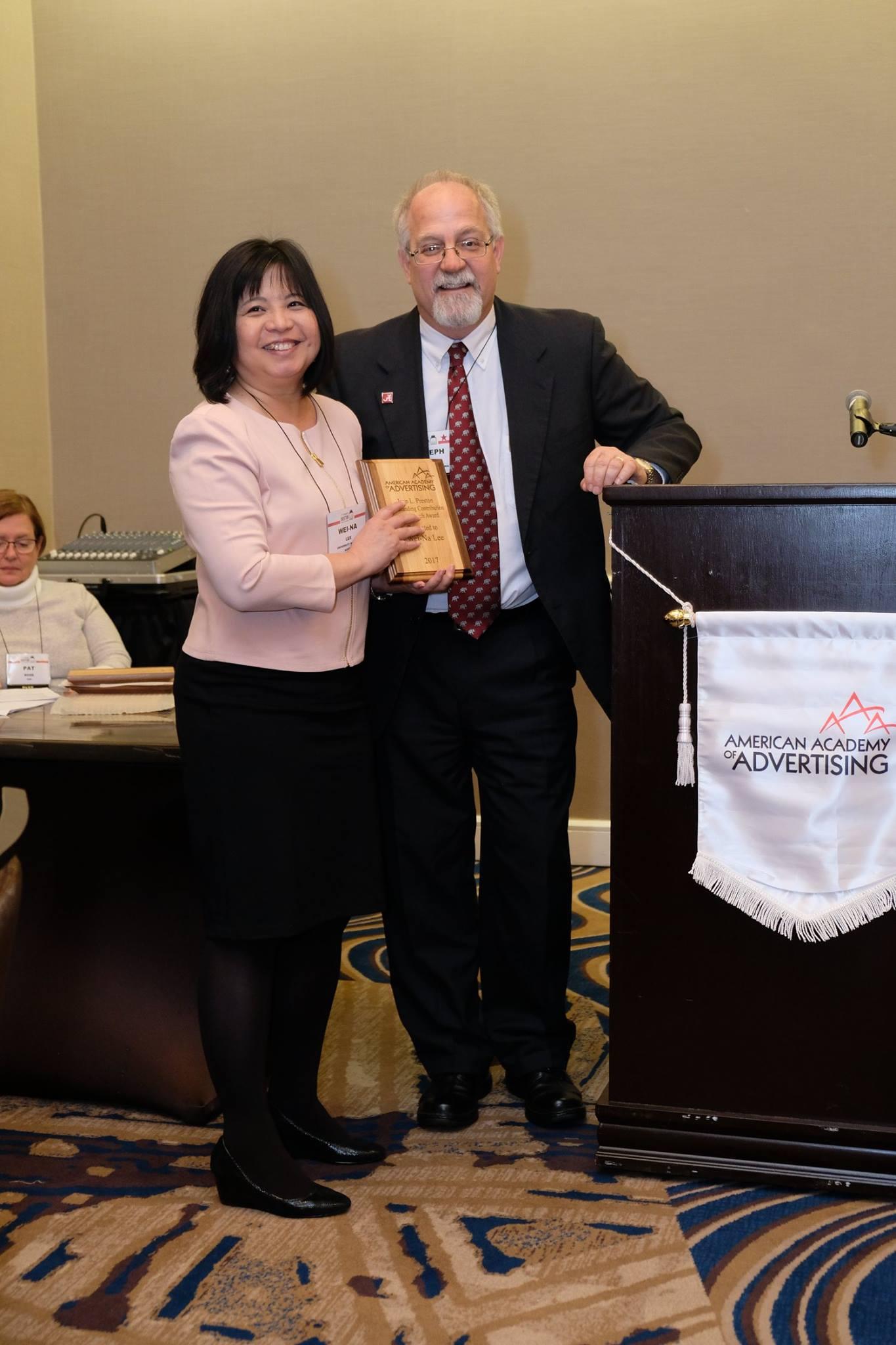 Wei-Na Lee receiving award